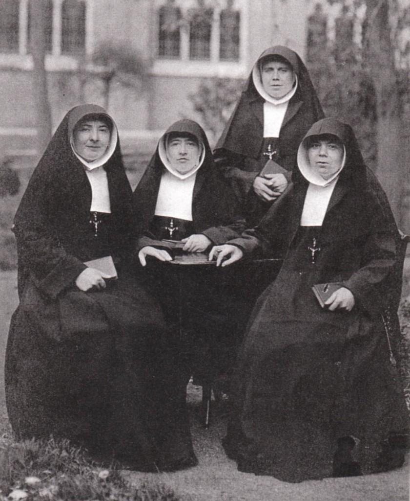 De eerste zusters die in 1921 naar Oost- Mongolië vertrekken. Van links naar rechts: zuster Judoca van Bysterveld, zuster Casimira van der Linden, zuster Crescentia Hak en zuster Melanie Segeren.