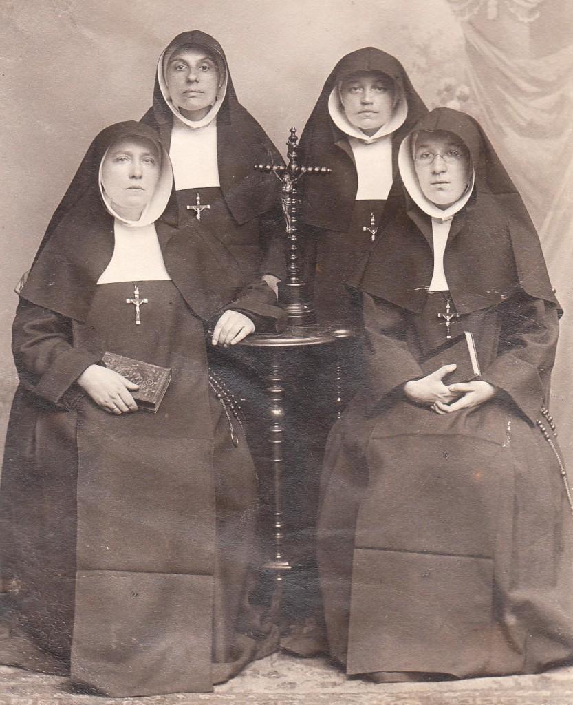 De eerste zusters die in 1906 naar Brazilië vertrekken. Van links naar rechts: zuster Xaveria Snijders, zuster Hilaria Keukens, zuster Febronia Lemmens en zuster Frederica Gigengack .