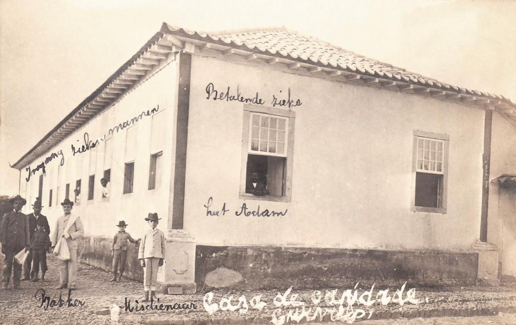Het hospitaal in Curvello. Het hospitaal wordt 'Casa de Caridade', ofwel 'Huis van Liefde' genoemd. Dit is een ansichtkaart, waarop een van de zusters zelf wat aan- tekeningen heeft geschreven.