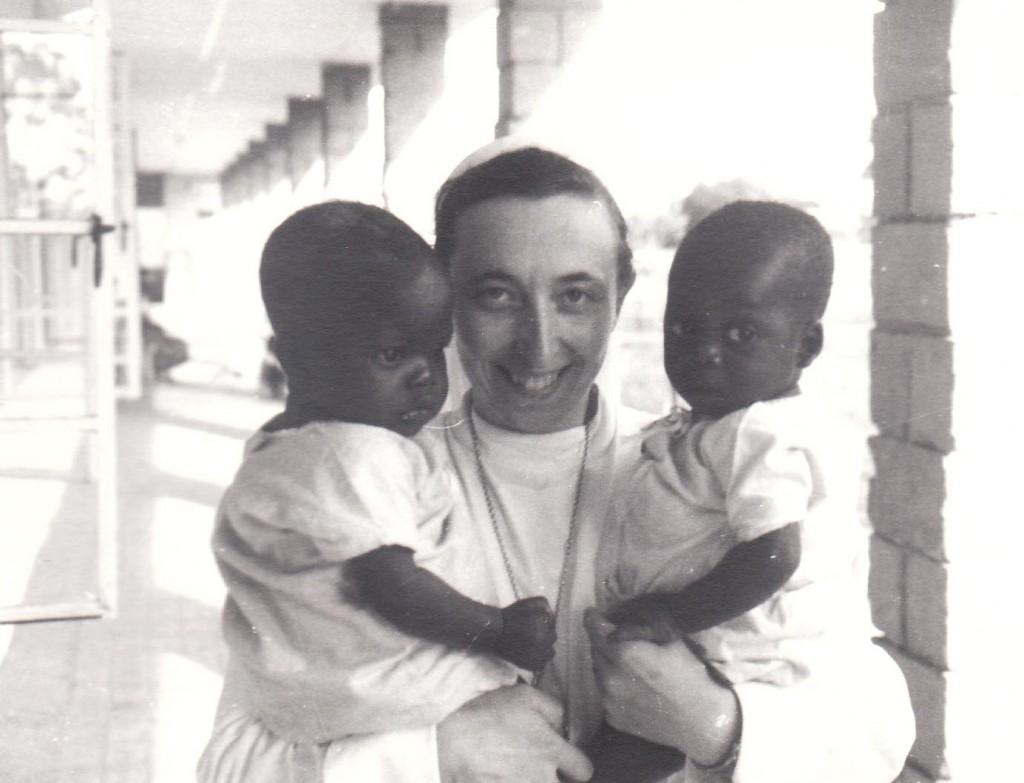 Zuster Assisia van Dinther met twee weeskindjes in het weeshuis in Mashala, begin jaren zestig.