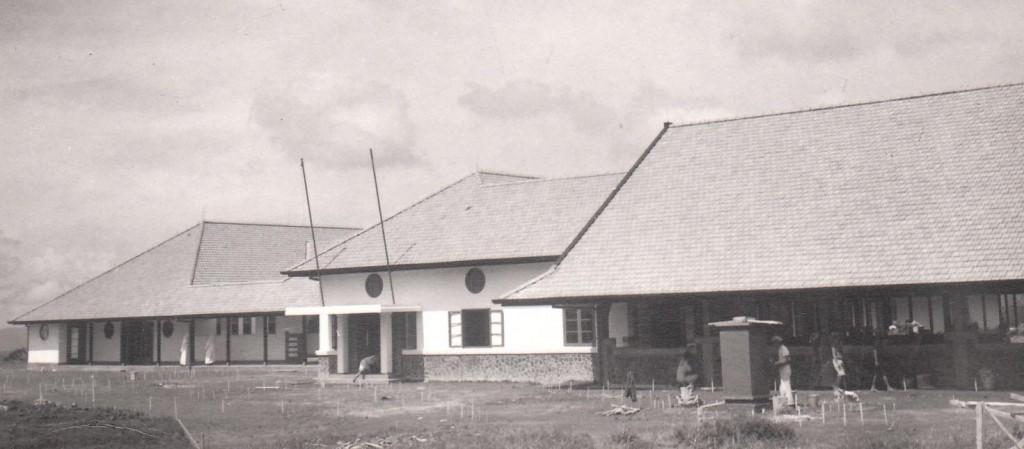 Het nieuwe gebouw van het doveninstituut in Wonosobo, rondom de oplevering in februari 1939.