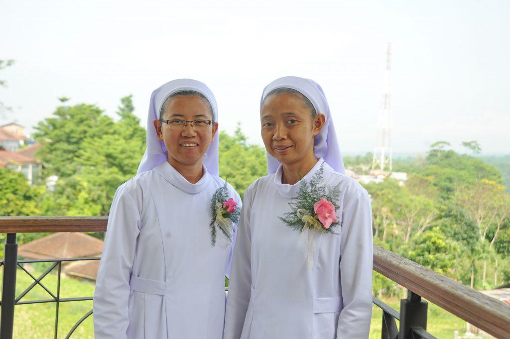 r Zita (links) en Zuster Paulina zijn na het uitspreken van hun eerste geloften nu Junioren.